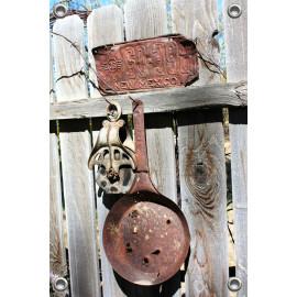 Tuinposter Brocante pan aan schutting (5096.3009)